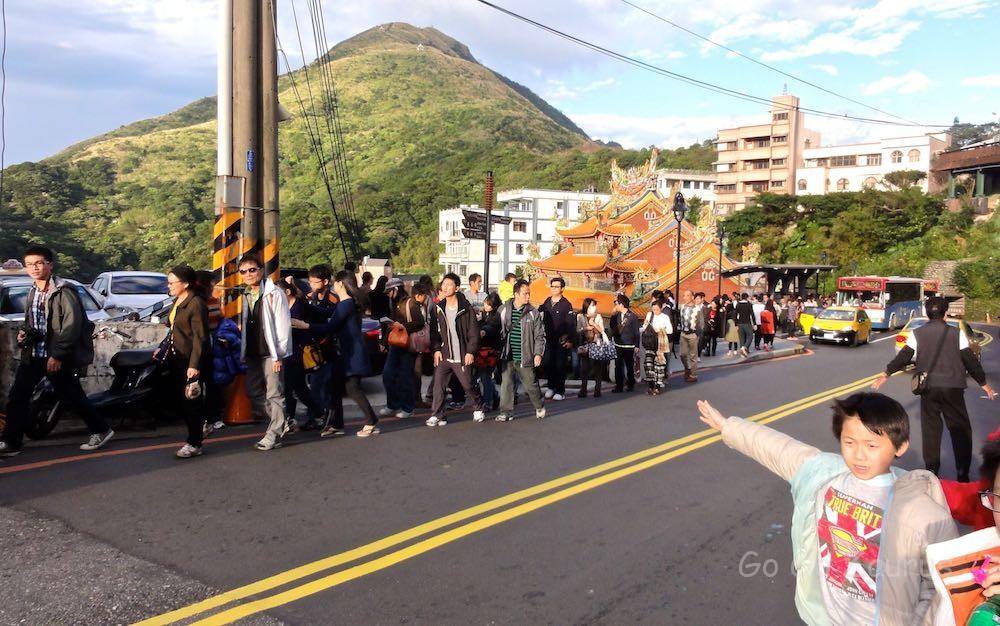 「九份老街」バス停から基山街入り口へ長蛇の列