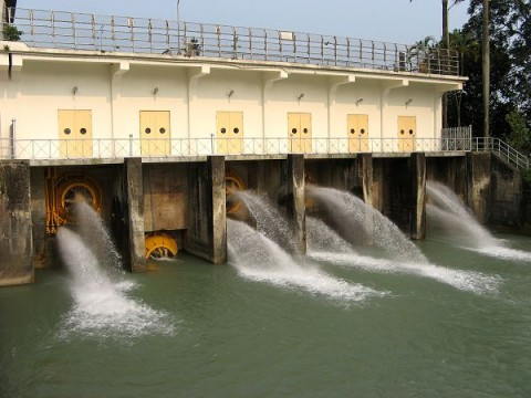 烏山頭ダム放水口