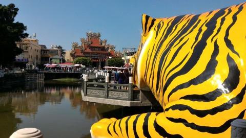 虎の横から慈済宮を臨む