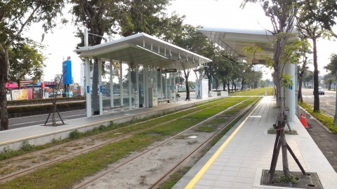 LRT 駅と線路