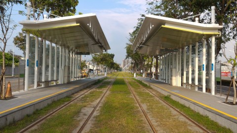 LRT 駅と線路2