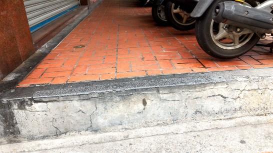 バイクに占拠され段差のある歩道