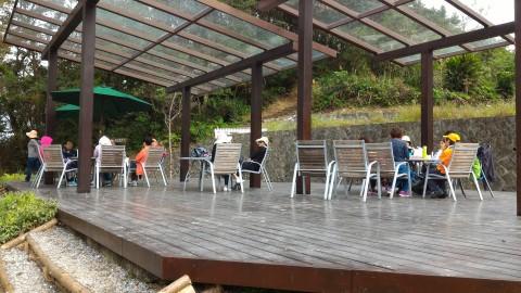 樟樹歩道 地元ハイキング客がお茶