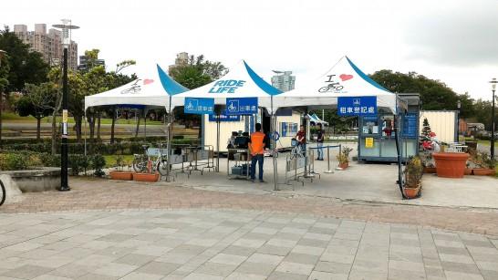 淡水駅前のレンタサイクル店