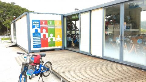 淡水駅前のレンタサイクル店の自転車