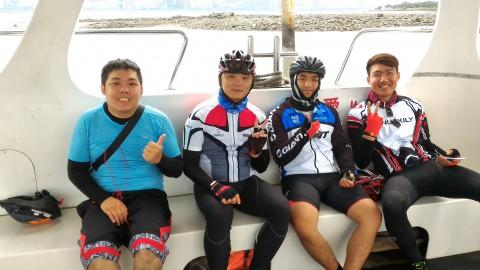 八里から淡水へ渡る台湾人サイクリスト