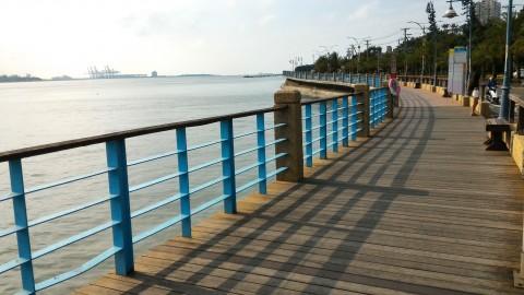 淡水歩道から淡水河河口を見る