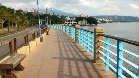 歩道から淡水の街を臨む
