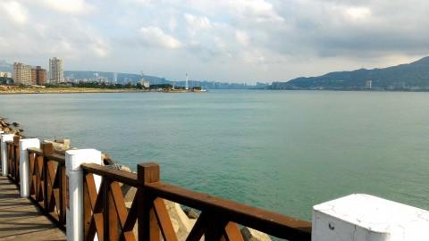 淡水 漁人碼頭 散歩道から淡水の街と八里を見る
