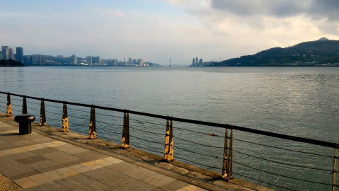 淡水から関渡橋を見る