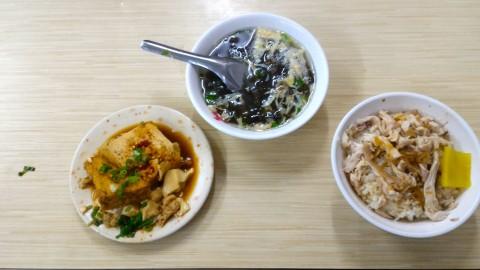 鶏肉飯、わかめスープ、揚豆腐