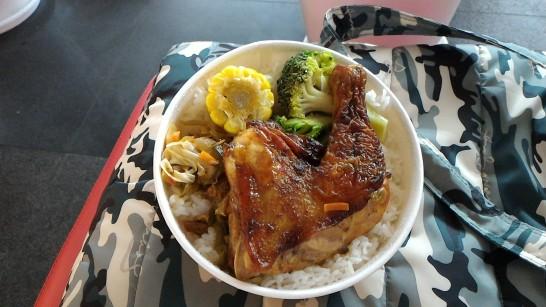 左営駅の鶏腿肉入り駅弁がたった100元 温かくて美味しい!