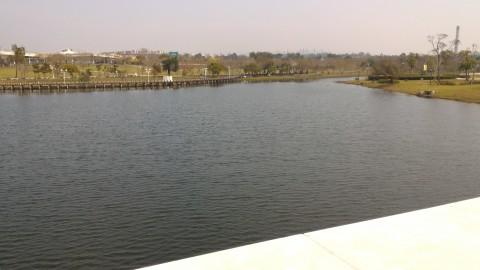 ミューズ湖と風の草原