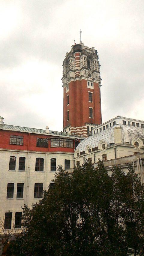 3階から塔を見る