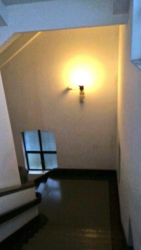 3階から1階へ降りる廊下