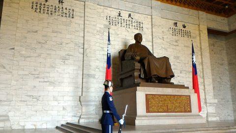 蒋介石像と衛兵