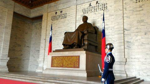 蒋介石像と衛兵2