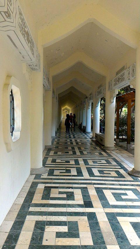 壁際の廊下