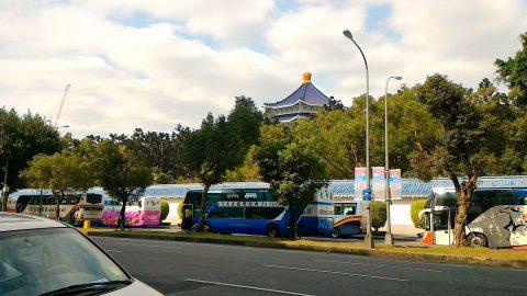 東側外から中正紀念堂を眺める