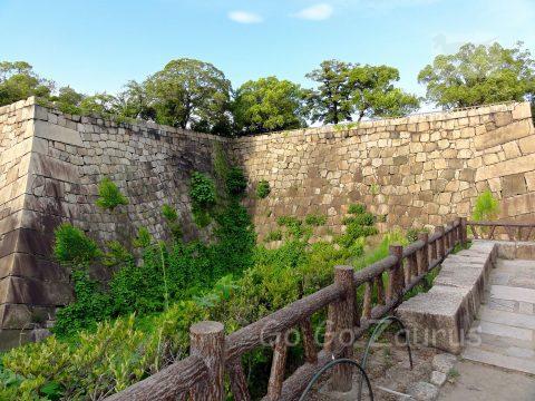 内濠(空堀)と石垣