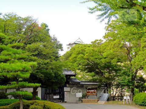 西の丸庭園入り口と天守閣