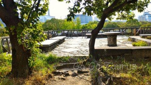 大阪城本丸西南側石垣上休憩場所