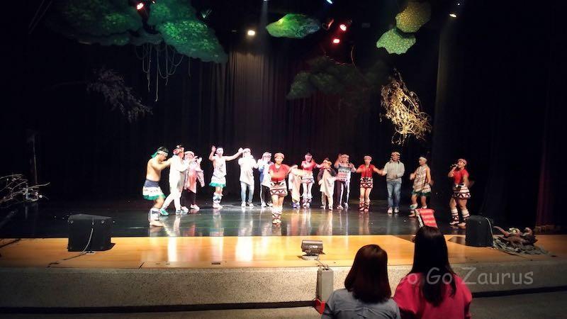 泰雅族のショー(お客さんと一緒に)