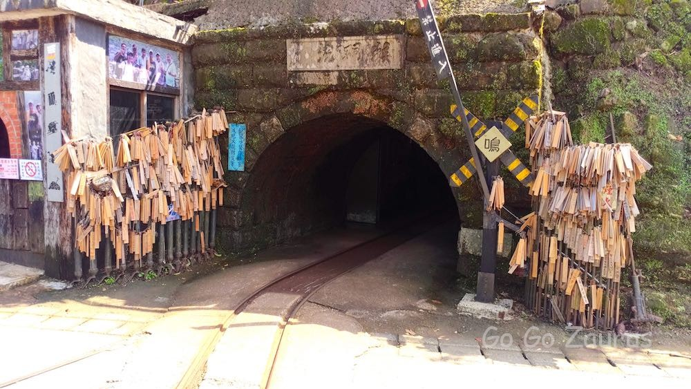 トロッコ列車が入っていくトンネル