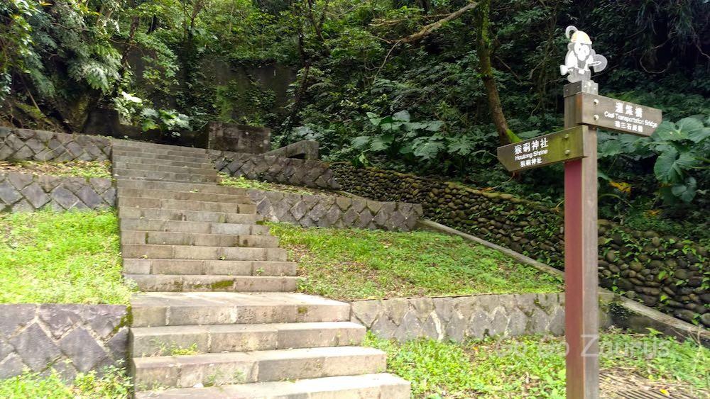 猴硐神社への登り口