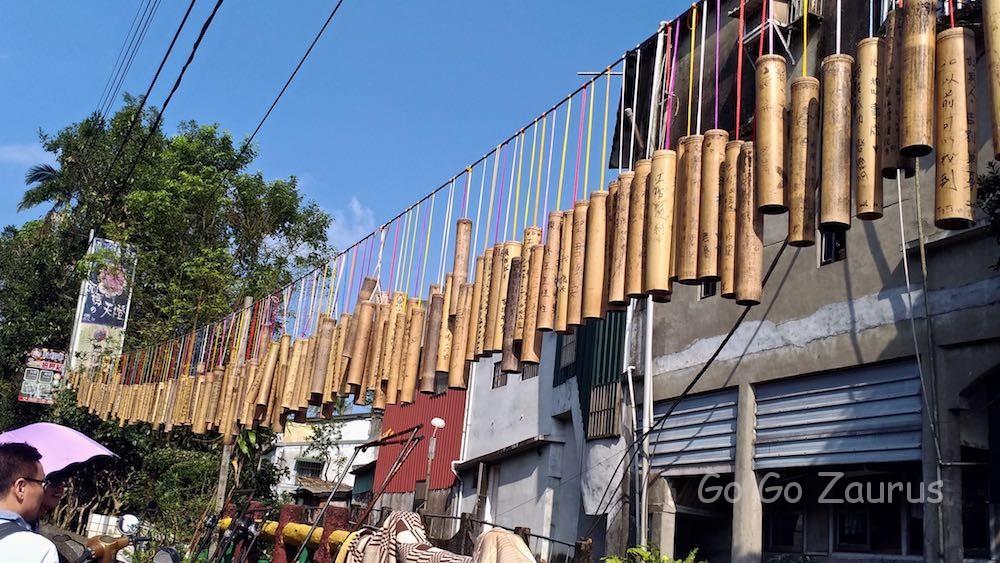 十分駅近くの通路沿いにかかっている願い事が書かれた竹