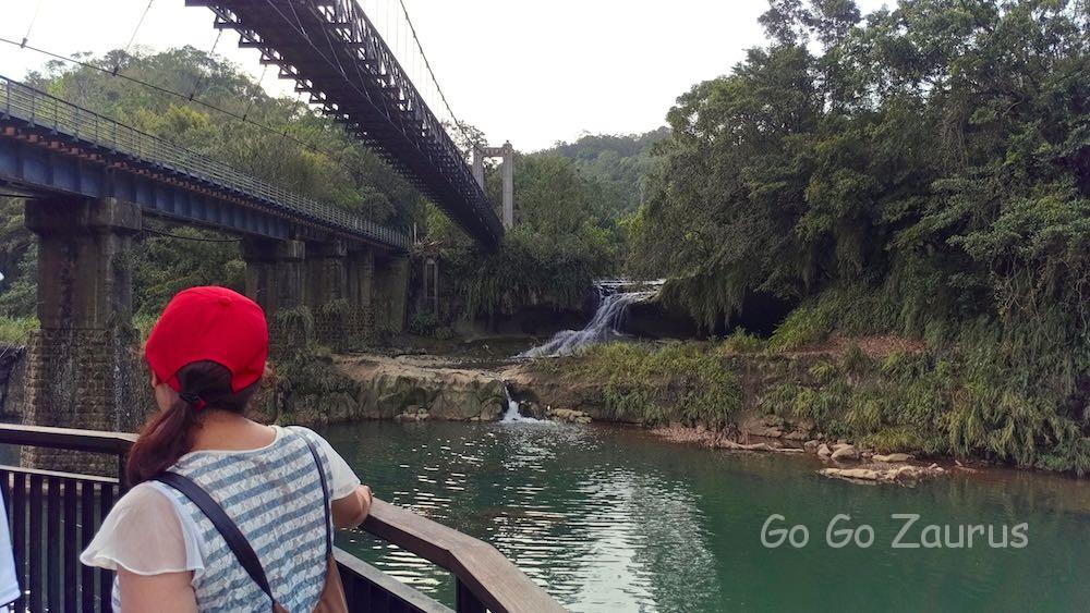 右側が観瀑吊橋 左側は平渓線