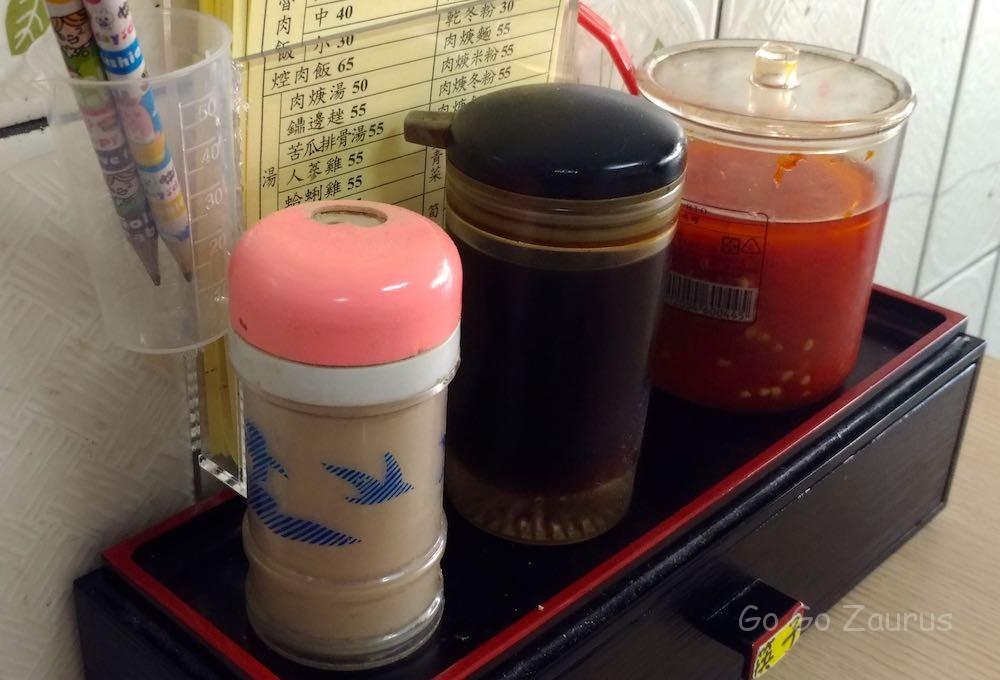 台湾の食堂ではお馴染みの調味セット