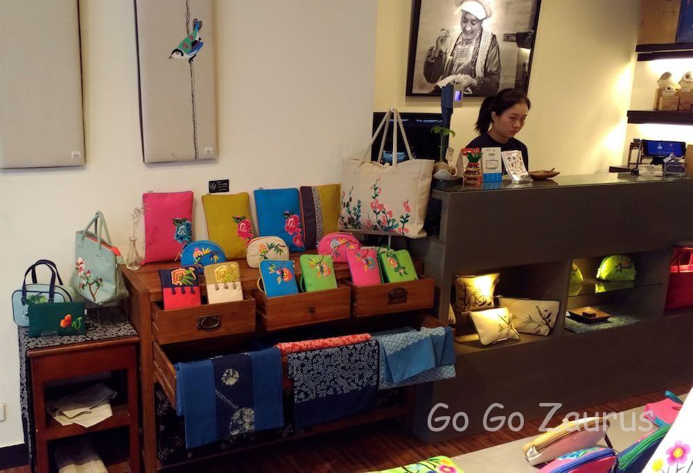 手作り刺繍のポーチやバッグ