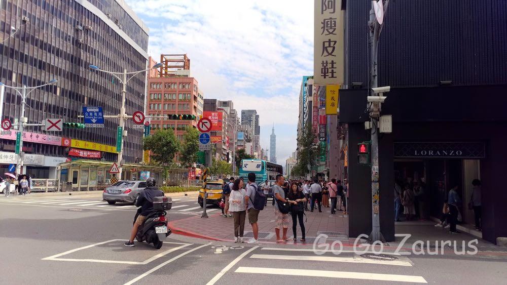 東門駅5番出口を上がると目の前に台北101が