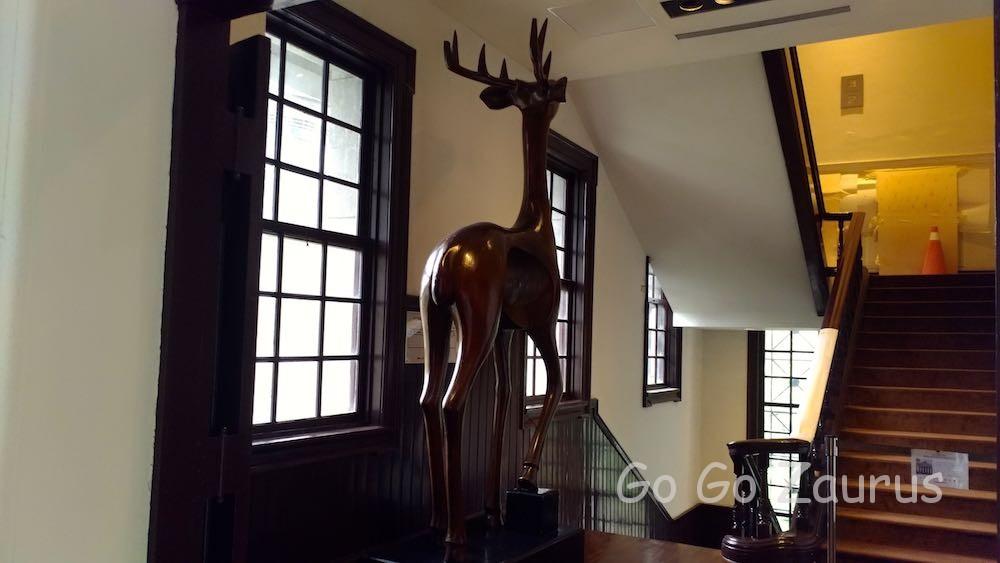 2階階段踊り場の鹿