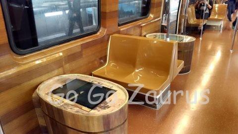 新北投線列車内テーブルもユニーク