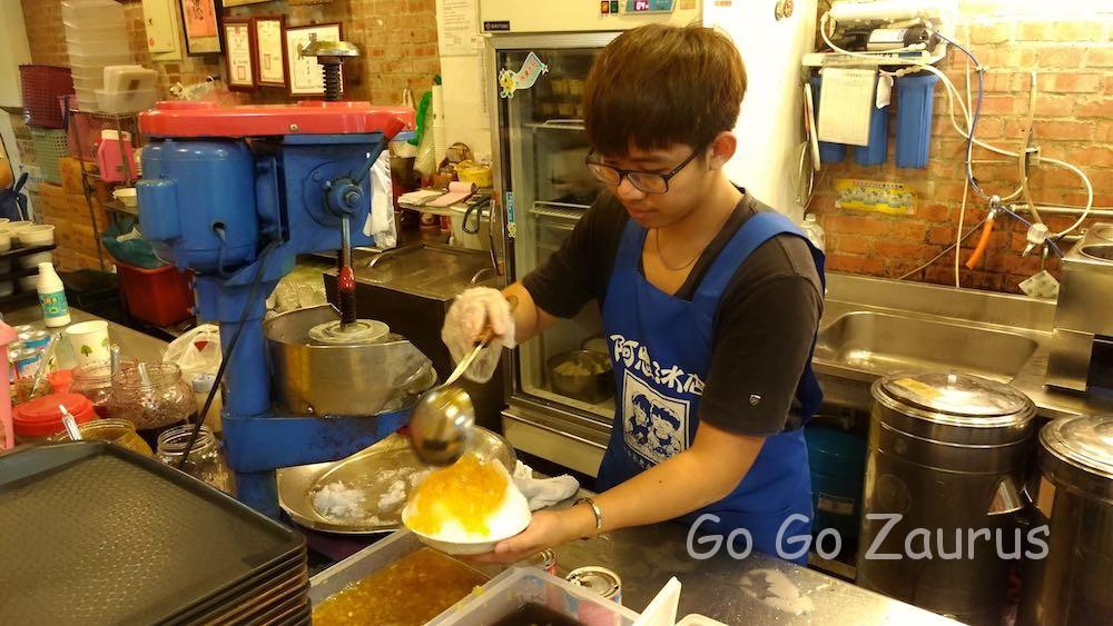 パイナップルかき氷を作るお兄さん