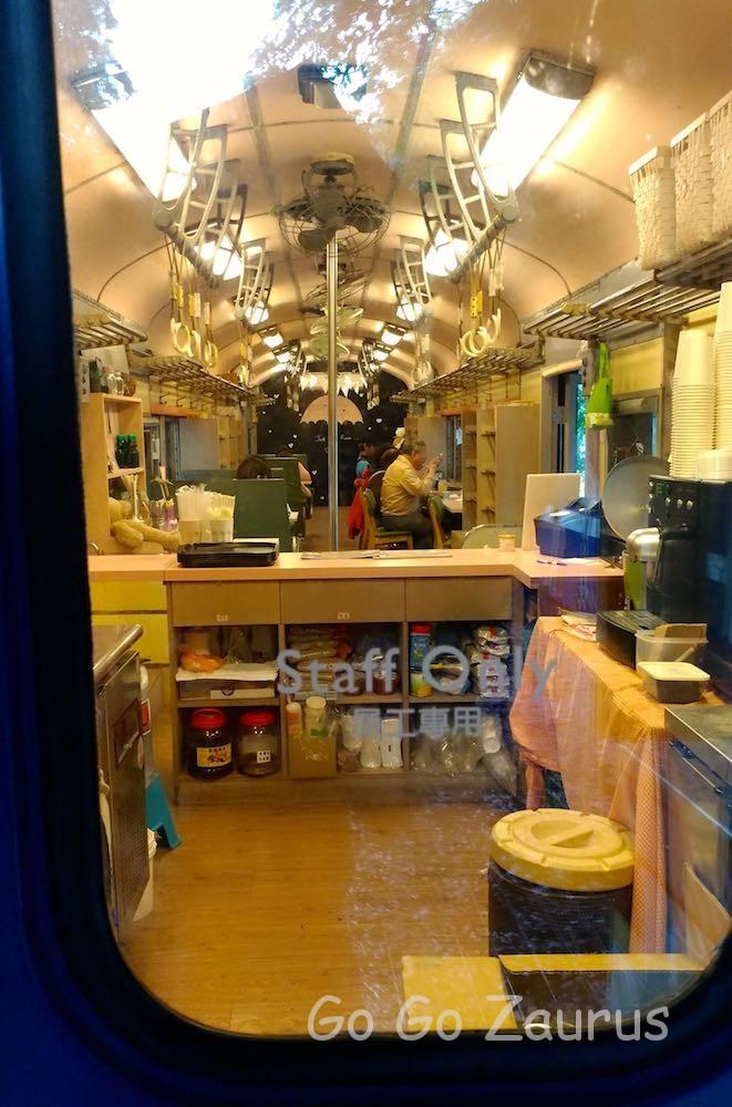 列車の中はカフェ