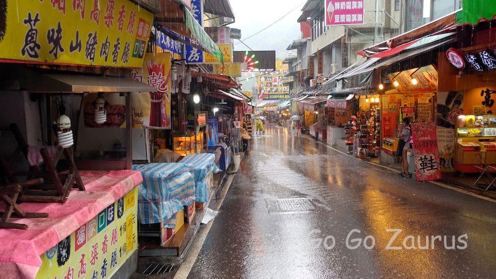 せっかくの老街もこの雨では・・・