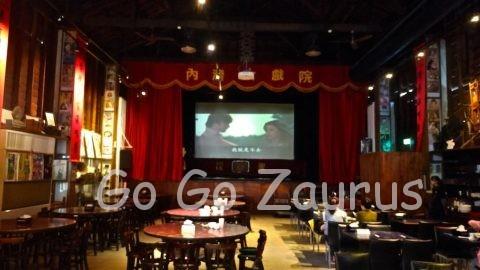 内湾戯院は元映画館、今も上映してる