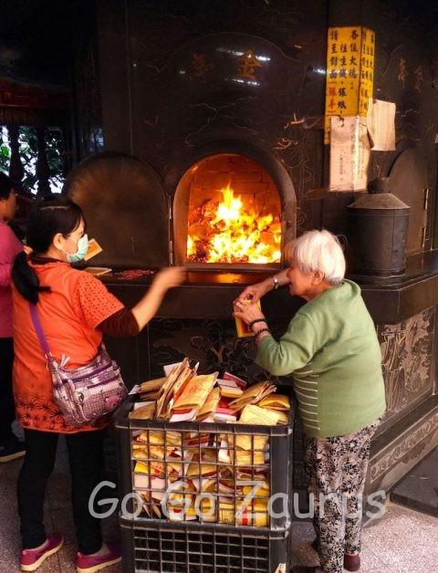 金紙を金炉で燃やす