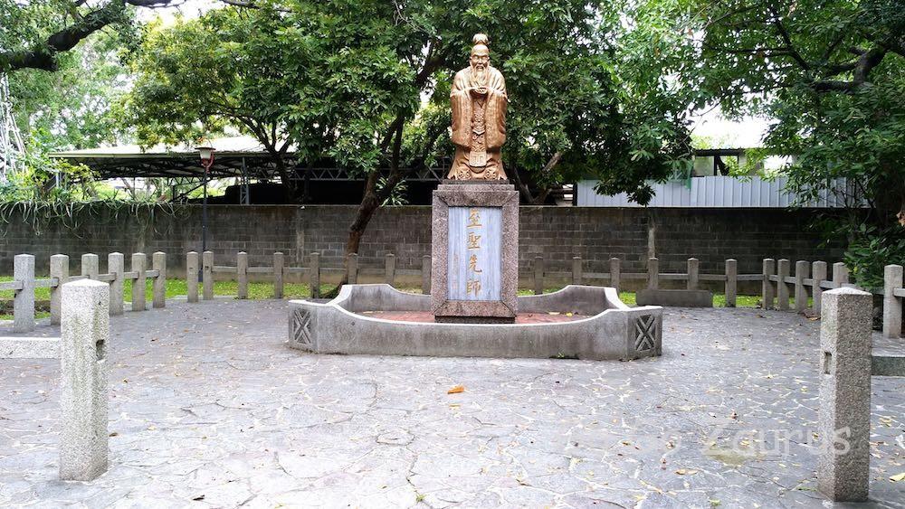 台中神社跡に孔子像