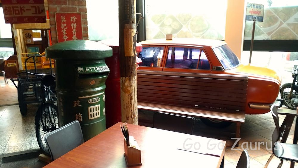 緑のポストと昔のタクシー