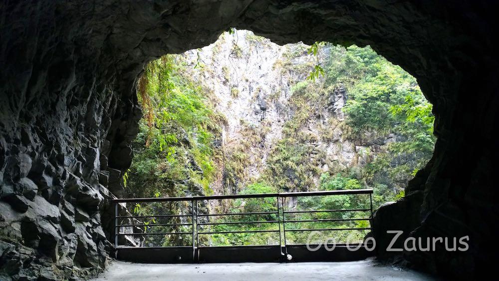 遊歩道の穴から断崖を見る