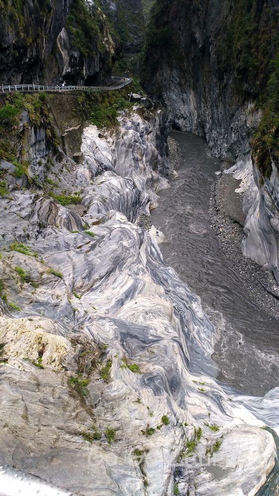 橋の下流(立霧渓)は大理石峡谷