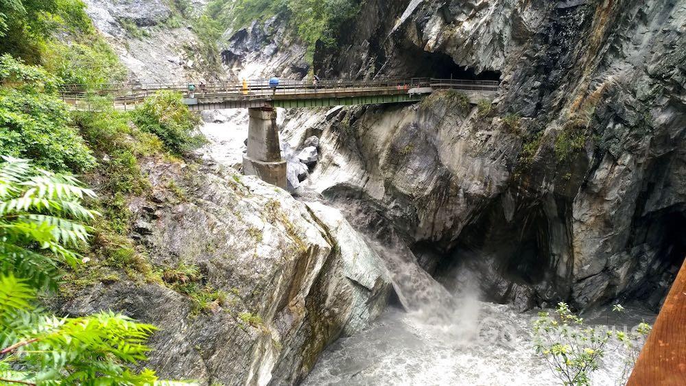 最後のトンネルと濁流にかかる橋