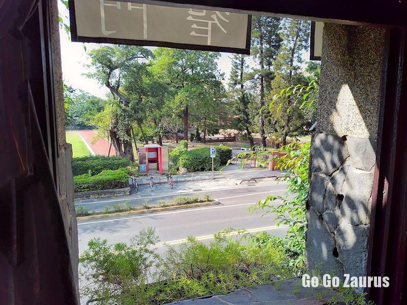 窓の向こうは公園、右手は孔子廟