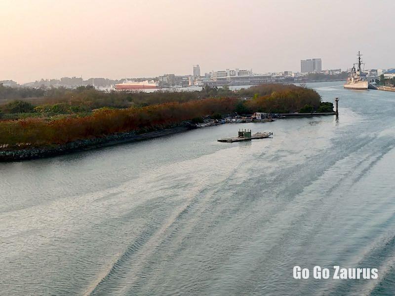 自転車で漁光島に向かう途中の漁光大橋から眺む安平港