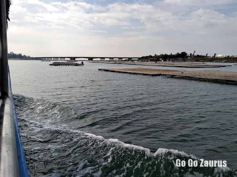 養殖筏と遠く四草大橋