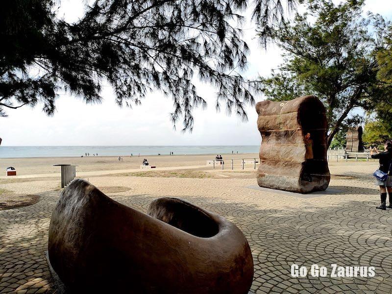 オブジェと砂浜